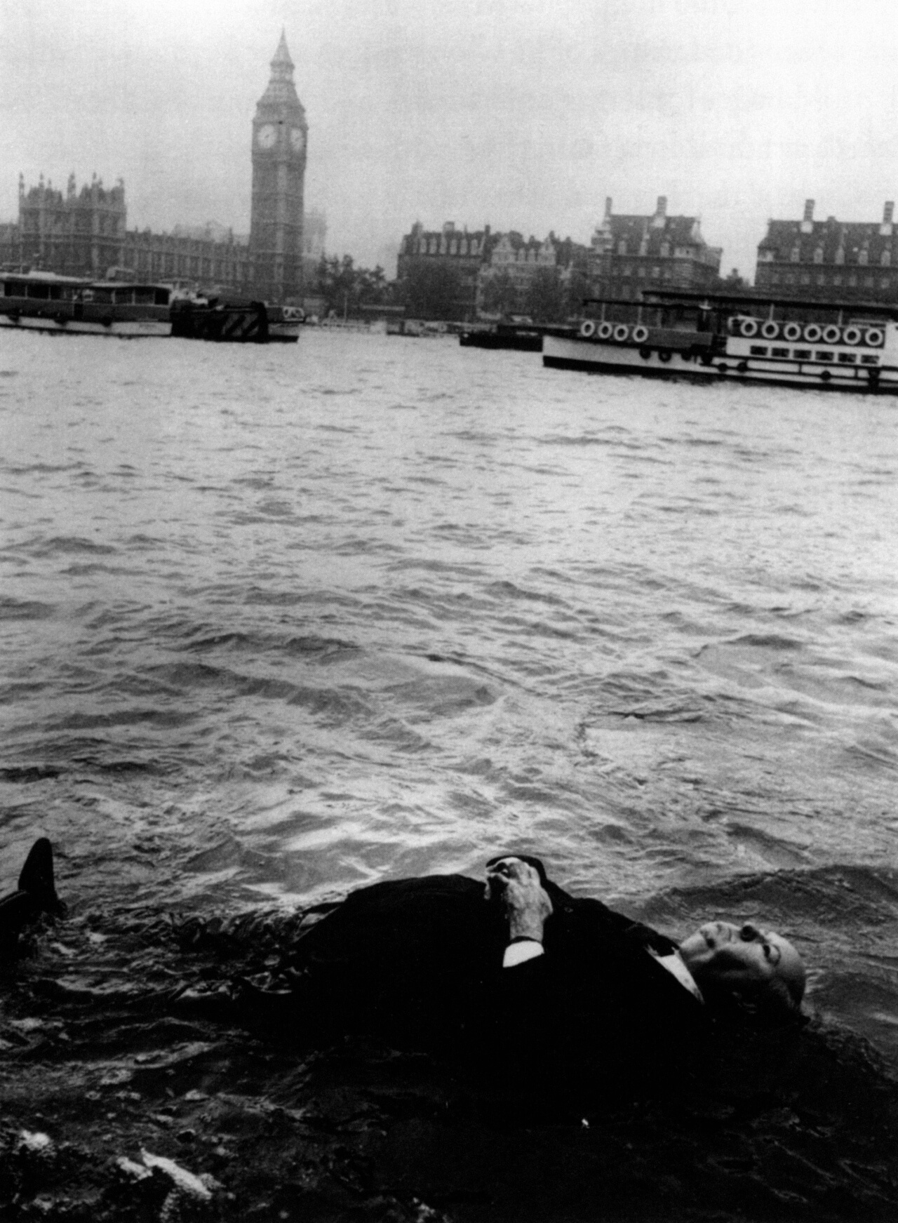 hitchcock-floats-down-the-river-thames-frenzy-1972