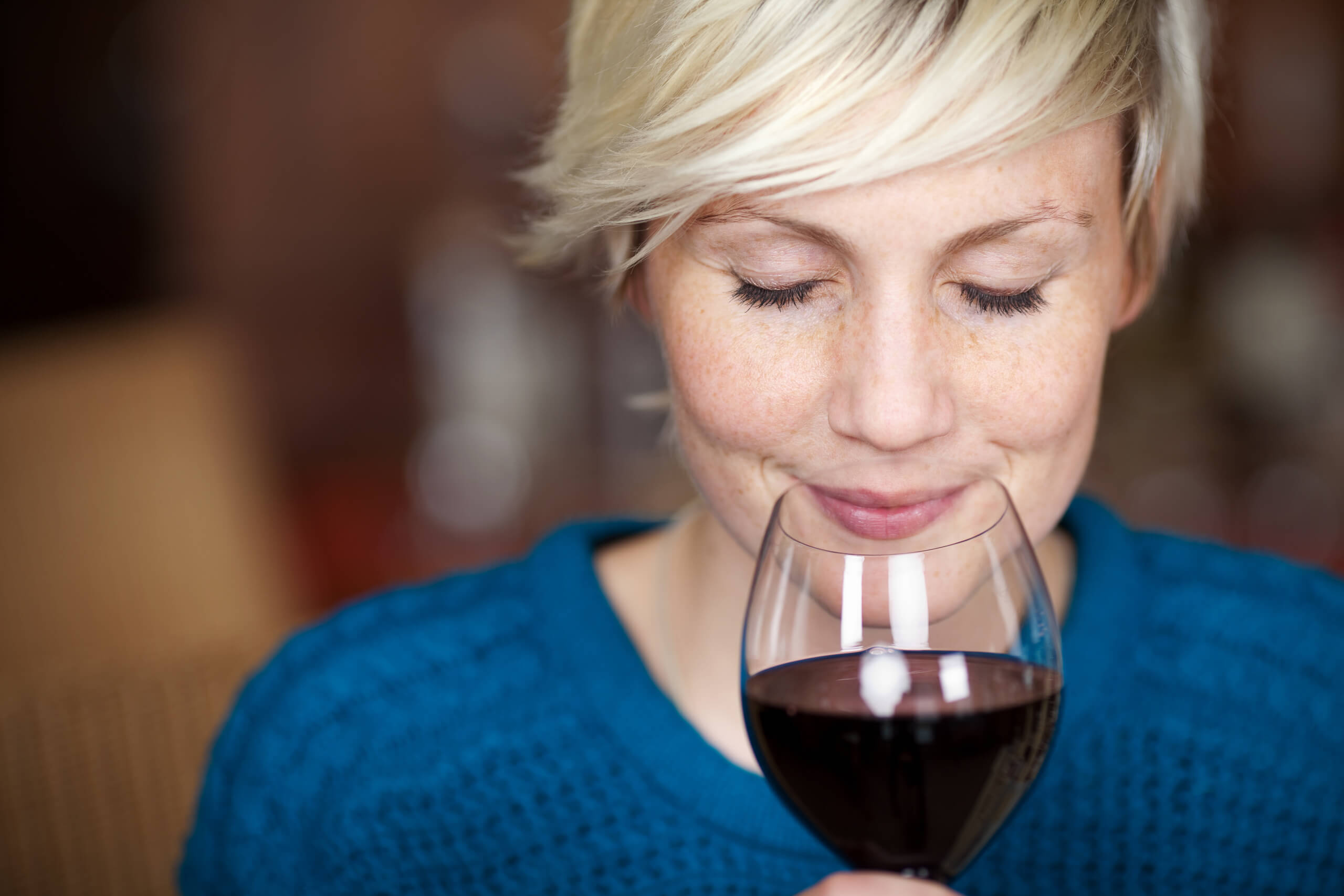 lächelnde frau genießt rotwein